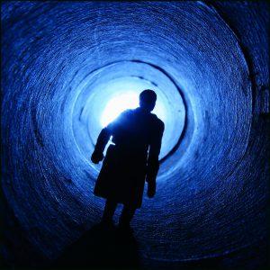Mann in blauer Röhre_ZU 1000x1000_Rahmen
