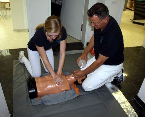 Dr. Gerhard Fischer und Mitarbeiterin im Notfallkurs