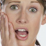 Zahnschmerzen können durch eine entzündete Zahnwurzel auftreten