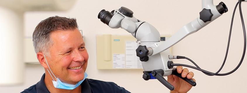 Dr. Fischer, Zahnarzt Karlsruhe Durlach mit Endodontiemikroskop